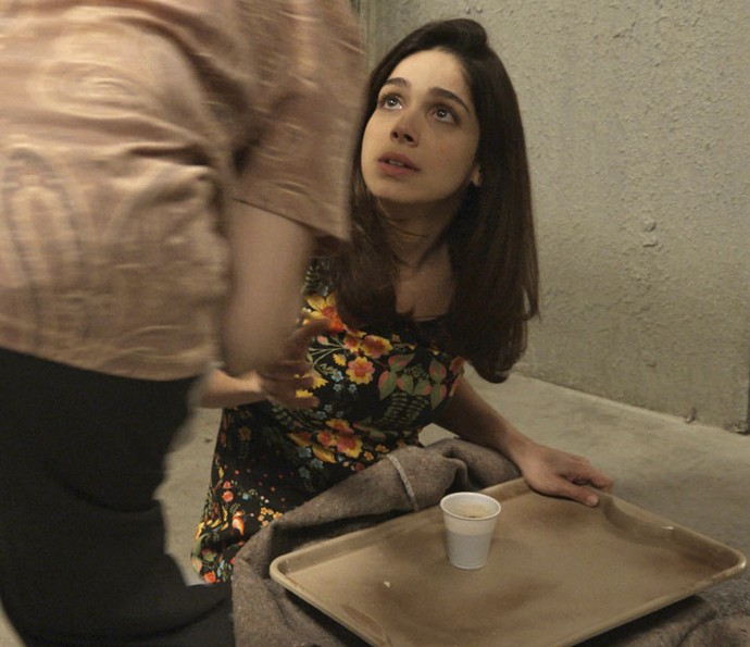 Detenta pega o sanduíche da jovem (Foto: TV Globo)
