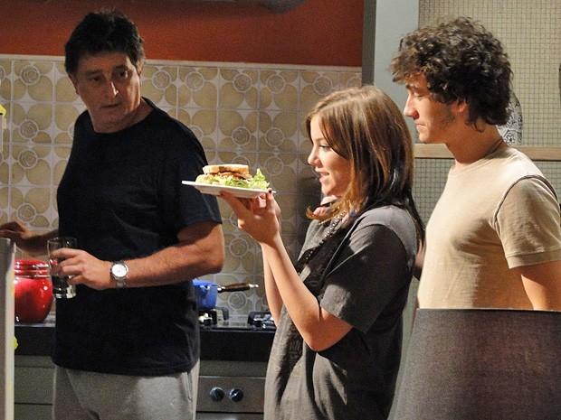 Lia exagera no tamanho do sanduíche e Mário fica desconfiado (Foto: Divulgação/ TV Globo)