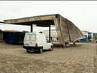 Chuva destelha posto abandonado e teto atinge veículo em Itaporanga, SP