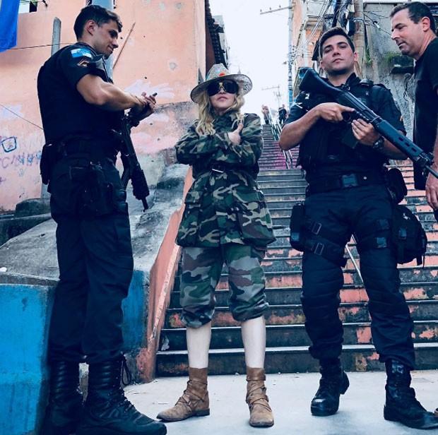 Madonna com os policiais (Foto: Reprodução Instagram)