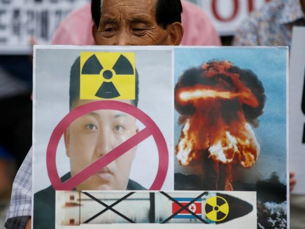 Em Seul, na Coreia do Sul, manifestante segura cartaz contra Kim Jong-un e testes nucleares  (Foto: REUTERS/Kim Hong-Ji)