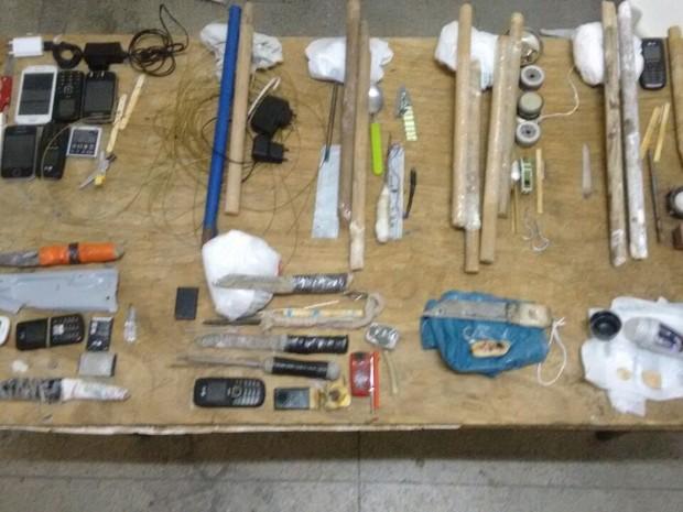 Material apreendido nas celas da unidade prisional foi levado à Delegacia de Polícia Civil (Foto: Divulgação/Polícia Militar)