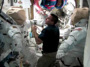 O astronauta Chris Cassidy prepara os trajes espaciais na ISS (Foto: Nasa TV)