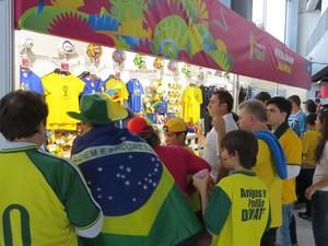 Fila para loja da Fifa na Arena da Baixada, em Curitiba (Foto: Fernando Freire)