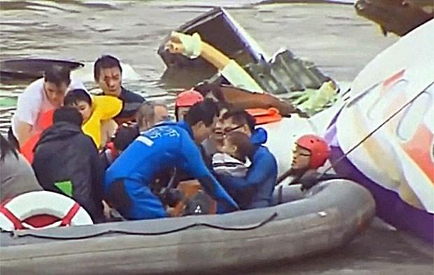 Sobreviventes, incluindo uma criança, são resgatados do avião da TransAsia (Foto: Reprodução/Globonews)