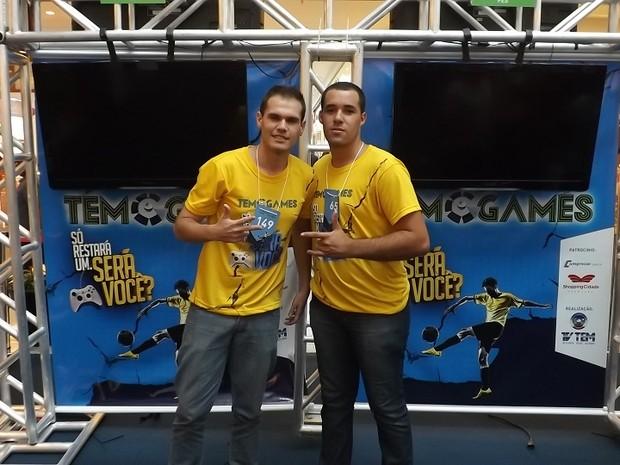 Jonathan (à dir.) enfrenta na final o atual campeão do TEM Games, Felipe Forato  (Foto: Eduardo Ribeiro Jr. / G1)