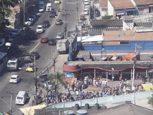 Moradores se concentram para protesto no alemão (Foto: Renato Moura/Jornal Voz da Comunidade)