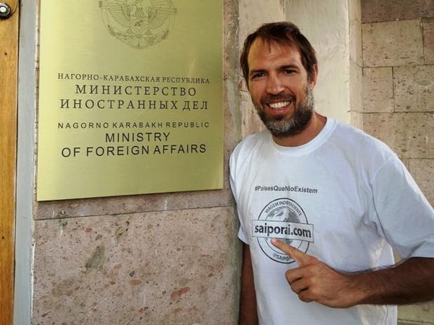 Guilherme Canever em frente a um ministério em Nagorno-Karabakh (Foto: Guilherme Canever/Arquivo Pessoal)