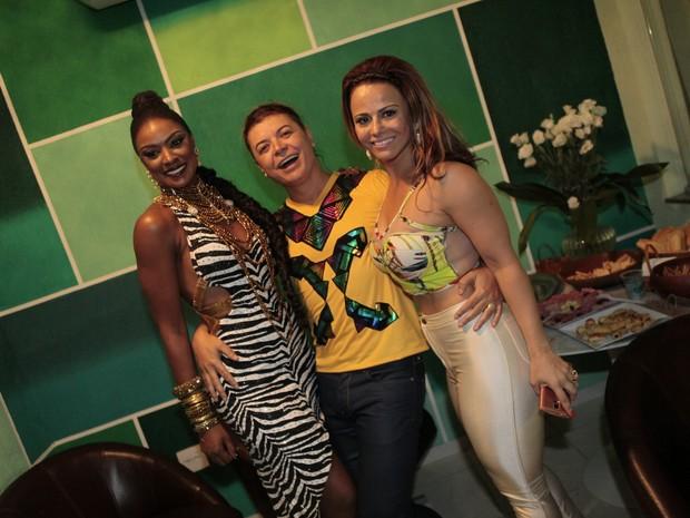 Cris Vianna, David Brazil e Viviane Araújo na quadra da Imperatriz na Zona Norte do Rio (Foto: Isac Luz/ EGO)
