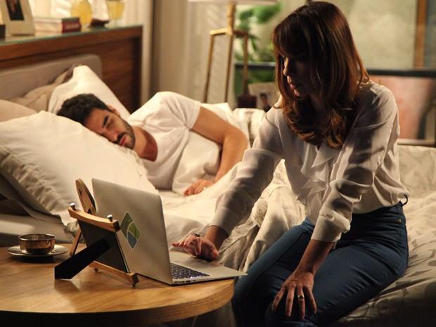 Danielle planeja armadilha enquanto José Pedro dorme (Foto: Carol Caminha/Gshow)