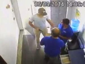 Câmera de segurança flagra assalto a posto de combustíveis em Goiânia, Goiás (Foto: Reprodução/ TV Anhanguera)