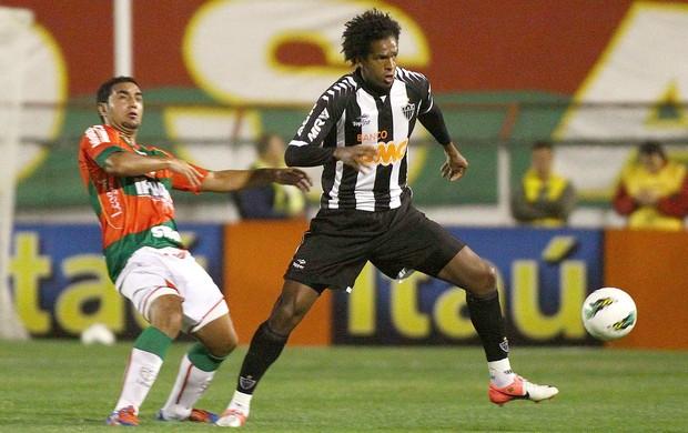 Jô na partida do Atlético-MG contra a Portuguesa (Foto: Marcos Bezerra / Ag. Estado)