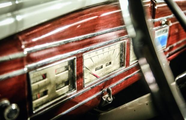 O detalhado painel em nogueira de um Lincoln V12 1938 (Foto: Leo Cavallini)