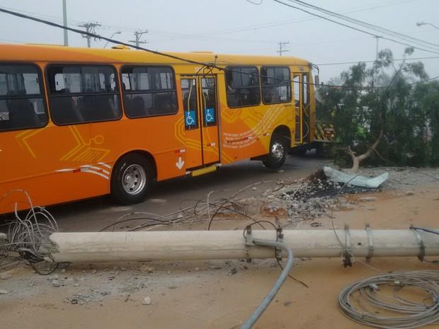 Ônibus estava sem passageiros no momento do acidente (Foto: Alexandre Faquine / Vanguarda Repórter)