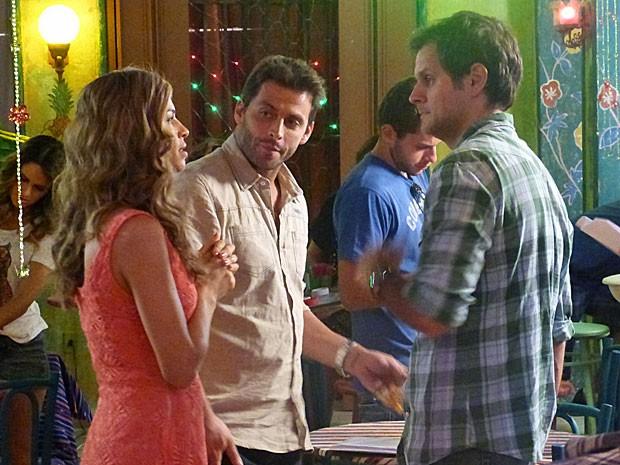 Grazi e Henri conversam com diretor sobre a cena (Foto: Flor do Caribe / TV Globo)