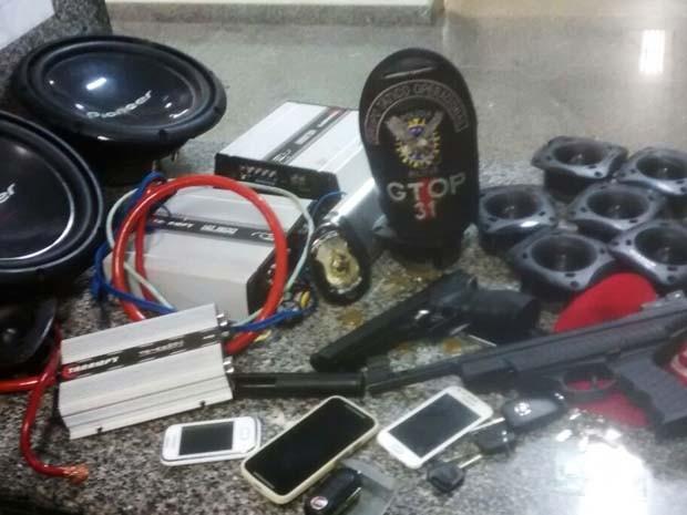 Aparelhos de som e celulares apreendidos com suspeitos de roubo de veículos no DF (Foto: Polícia Militar/ Divulgação)