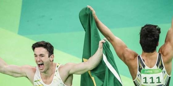 Diego Hypólito e Arthur Nory comemoram o pódio na Rio 2016 (Foto: Ricardo Nogueira)