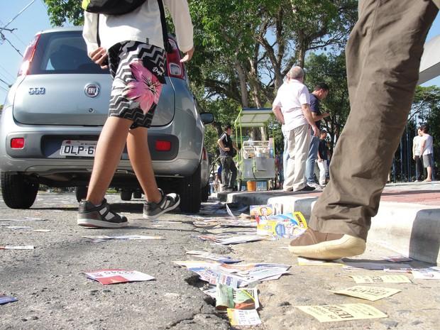 Panfletos de candidatos espalhados pelas ruas de São José dos Campos (Foto: Arthur Costa/ G1)