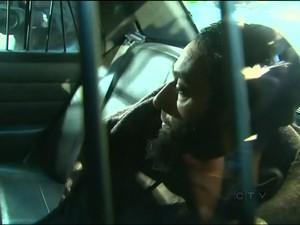 Raed Jaser, acusado de planejar atentado no Canadá, chega ao tribunal na parte de trás de um carro da polícia em Toronto, Ontário, em imagem cortesia da CTV News. (Foto: CTV News/Reuters)