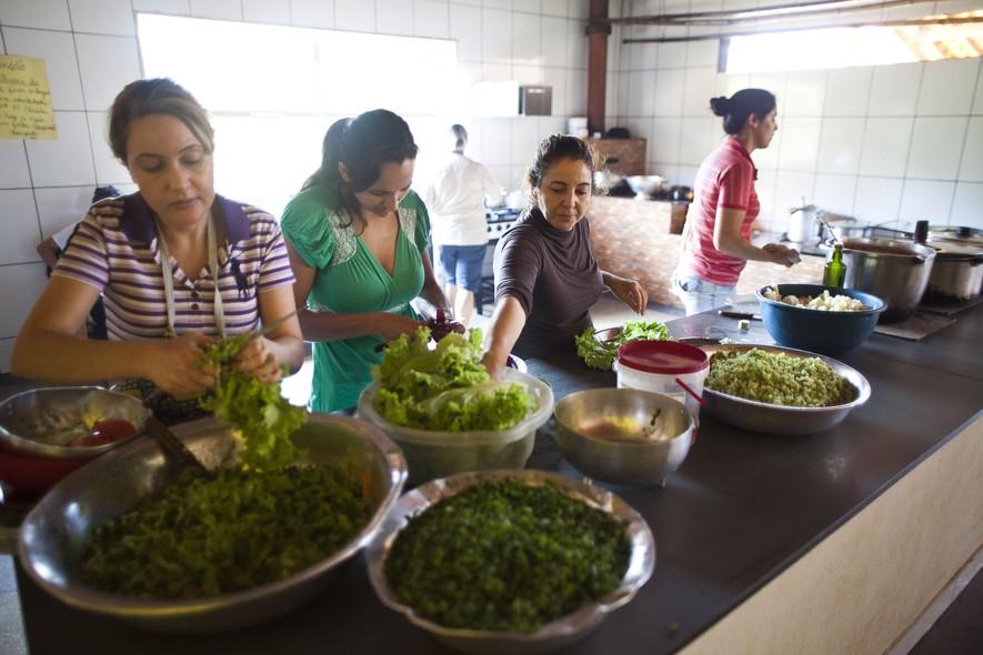 As mulheres de Noiva do Cordeiro ajudam no preparo do almoço, uma das seis refeições diárias. A comida, para toda a comunidade, é preparada num fogão a lenha