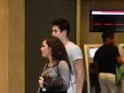 Lívian Aragão vai a shopping no Rio com o namorado Nicolas Prattes