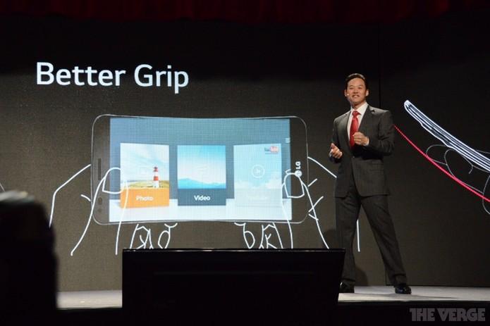 Telas flexíveis em novos modelos da companhia, G Flex seria só o primeiro (Foto: Reprodução/The Verge)