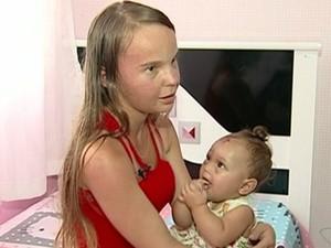 'A vi caindo e não podia fazer nada', diz mãe de bebê que caiu de 2º andar no espírito Santo (Foto: Reprodução/TV Gazeta)