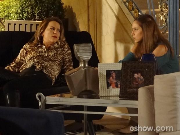 Shirley diz a Rafaela que o tombo foi culpa de Helena (Foto: Em Família/TV Globo)