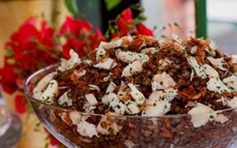 Salada de lentilha com bacalhau e cebolas confitadas
