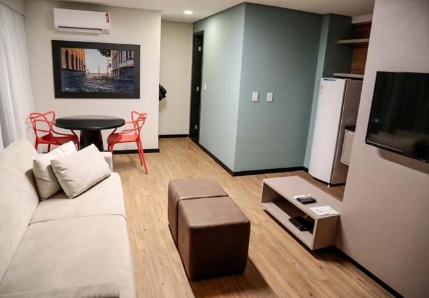 Quarto do Ramada Hotel e Suítes. À dir., frigobar do tamanho de uma geladeira (Foto: Divulgação)