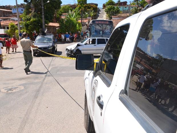 Assaltante bateu o carro em outro veículo após ser perseguido pela Polícia Civil (Foto: Walter Paparazzo/G1)