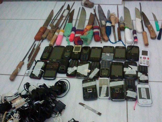 Celulares, armas e facas foram encontrados no presídio de Teixeira de Freitas (Foto: Divulgação/ Presídio de Teixeira de Freitas)