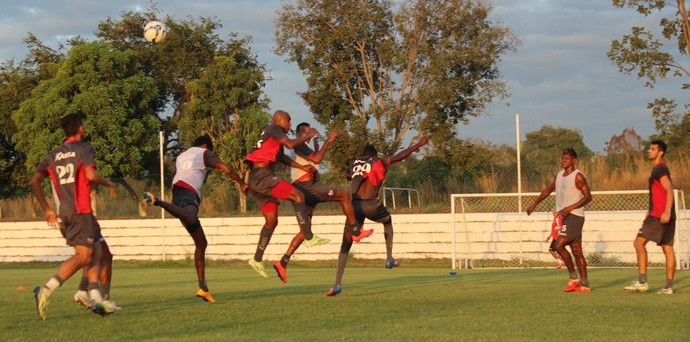 Treino do River-PI para jogo contra o Santos-AP (Foto: Emanuele Madeira/Globoesporte.com)