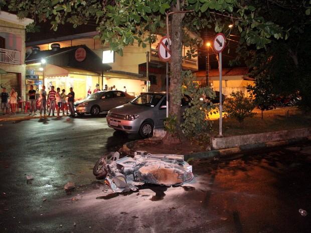 Moto foi carbonizada após atropelamento de menino de 8 anos em São Pedro (Foto: Diego Soares/São Pedro News)