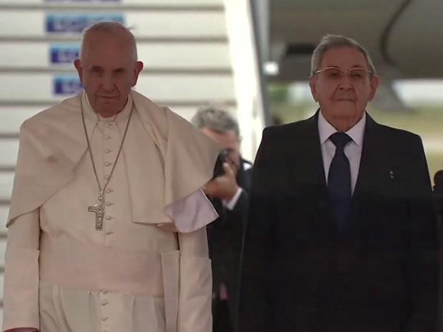 Papa Francisco assiste a recepção ao lado de Raul Castro (Foto: Reprodução / AFP)