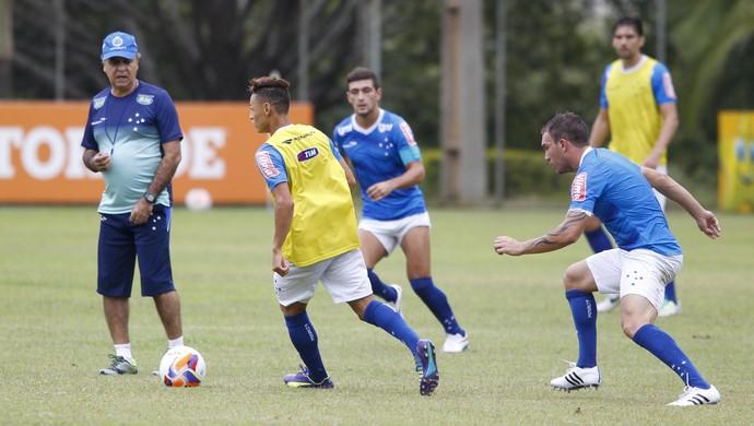 Técnico Marcelo Oliveira comandou coletivo do time do Cruzeiro na Toca da Raposa II (Foto: Washington Alves / Light Press)