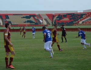 Camisa 9 do Atlético-AC comemora gol da vitória sobre o Genus, no Acre (Foto: Duaine Rodrigues)