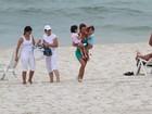Sem o marido, mulher do cantor Luciano leva as gêmeas a praia no Rio