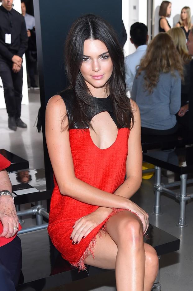 Kendall Jenner na primeira fila do desfile de Calvin Klein, em Nova York (Foto: AFP)