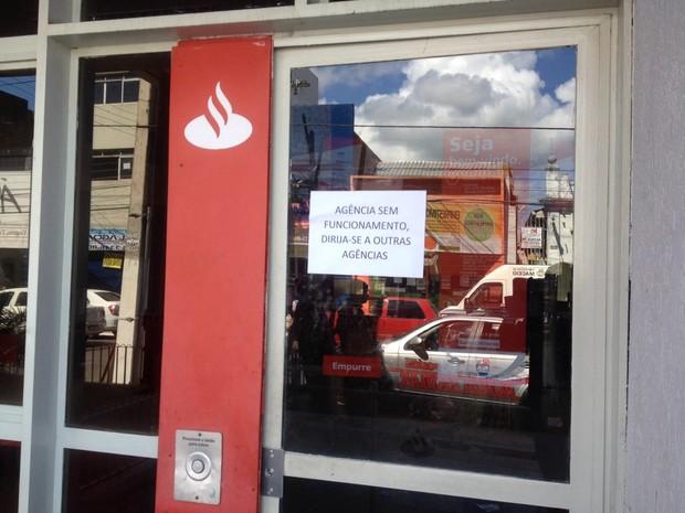 Agência suspendeu atendimento após assalto (Foto: Micaelle Morais/G1)
