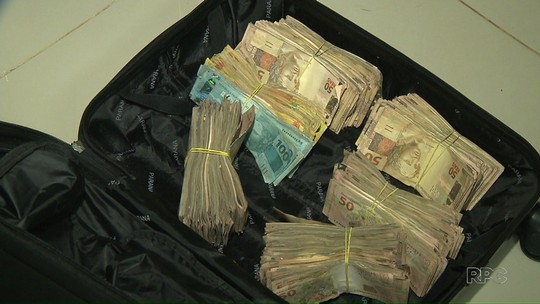 Casal troca tiros com a PM, foge e abandona fuzil e mala com R$ 100 mil