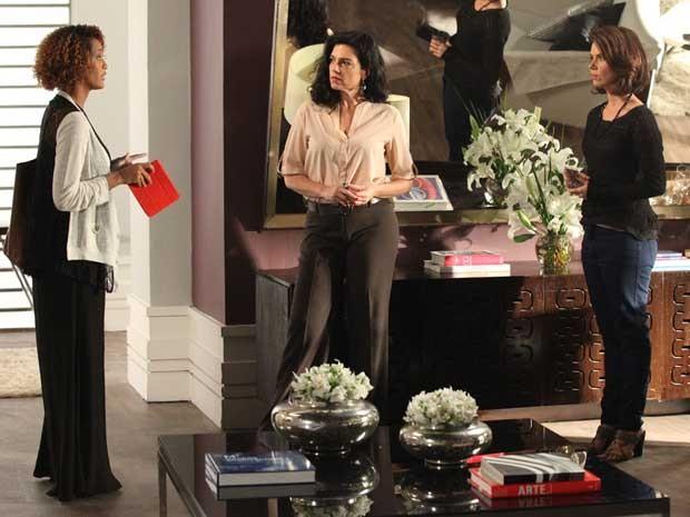 Verônica vai atrás de Sandra e a encontra escondida na casa de uma amiga (Foto: Carol Caminha/TV Globo)