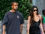 Kim Kardashian usa pretinho decotado ao lado de Kanye West