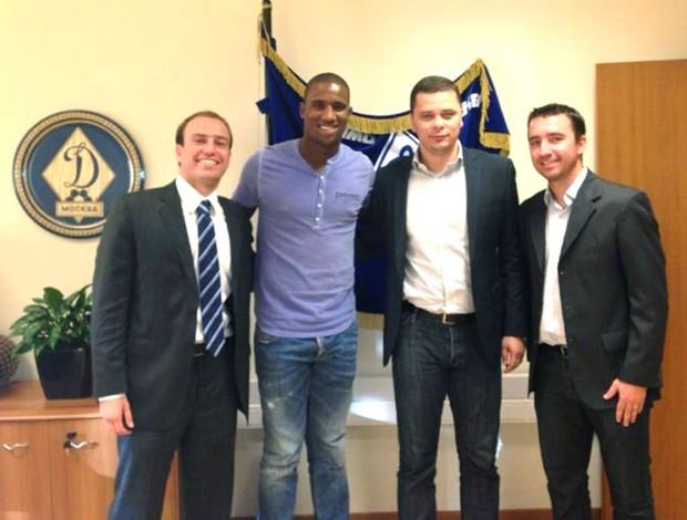 Douglas assina com o Dinamo de Moscou (Foto: Divulgação)