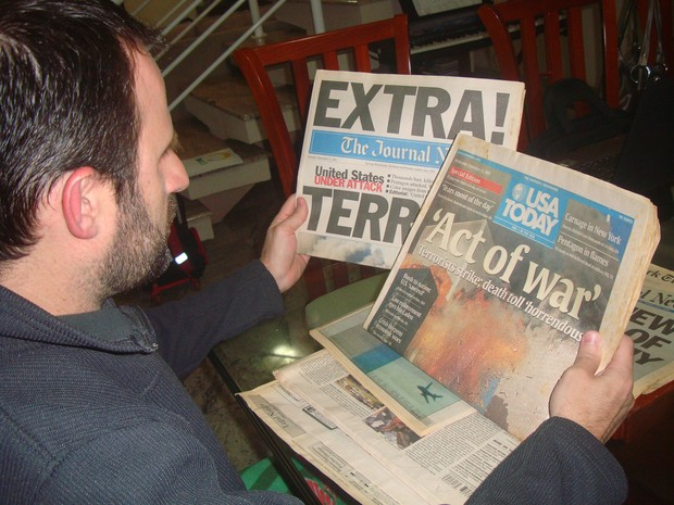 Alexandre com exemplares de jornais americanos após o atentado às torres gêmeas (Foto: VC no G1/ Alexandre Kalman)