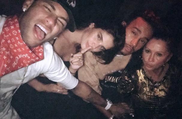 Neymar usa lenço da Louis Vuitton em parceria com a Supreme (Foto: Instagram/Reprodução)