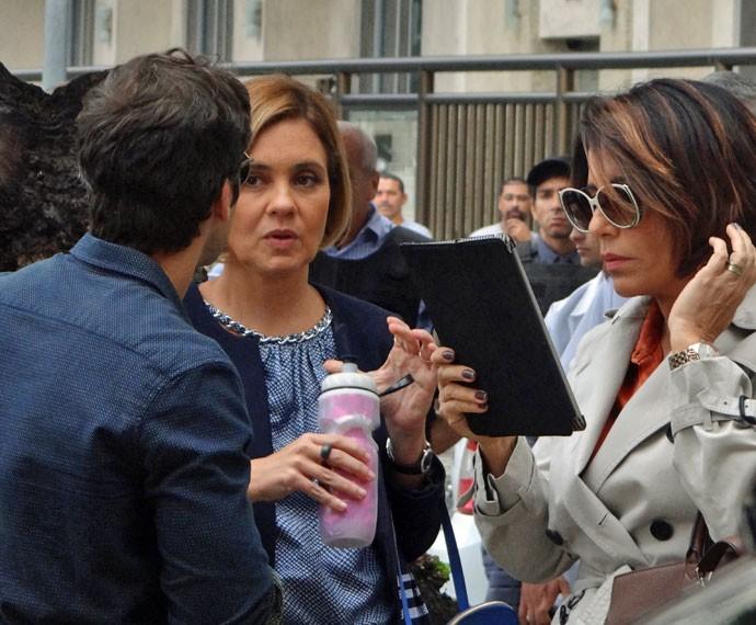 Bruno Gagliasso passa o texto com as intérpretes de Inês e Beatriz (Foto: Juliana Lessa/Gshow)