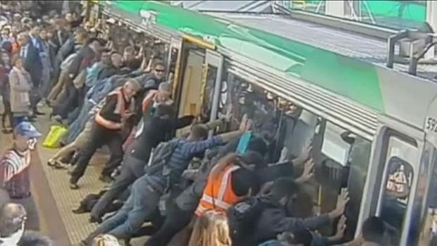 Passageiro prendeu a perna em vão de 5 cm entre o trem e a plataforma, e passageiros empurraram a composição para soltá-lo na Austrália (Foto: Public Transport Authority of Western Australia/BBC)