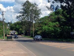 Carros passam por ponte entre o Guará e o Park Way, no DF, que deve ser duplicada (Foto: Luciana Amaral/G1)