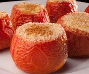 Tomate assado e recheado com cream cheese e cebola